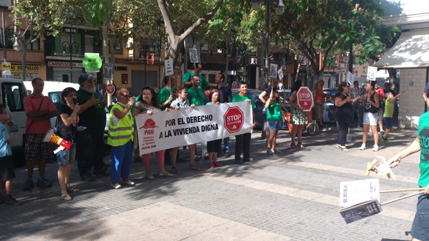 La PAH realiza un teatro frente a una sucursal de Bankia en Aldaia. Foto de archivo.