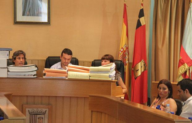 Imagen del Pleno de hoy,  con Agustí tras la montaña de informes que ha presentado.