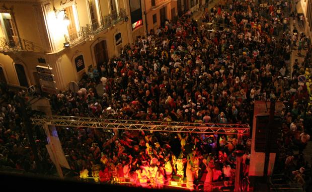 La Noche de Disfraces reúne a miles de personas en Rafelbunyol.