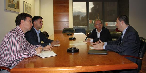 El concejal de Desarrollo Económico y Social, Santiago Miquel, junto con el concejal de Medio Ambiente, José Gozalvo, se han reunido con el director general de Proyectos y Fondos Europeos de la Generalitat , Juan Viesca.