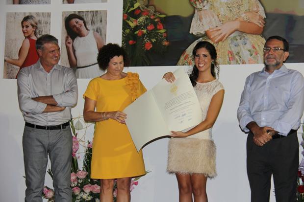 Beatriz Fernández Olivares recibe el pergamino de su demanà como Fallera Major de Torrent 2014