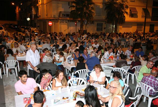 El 'Sopar de l'Embotit' sacó a cientos de vecinos a la calle.