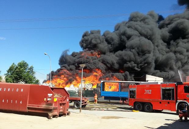 Paterna. Incendio fabrica papel reciclado en Fuente del Jarro