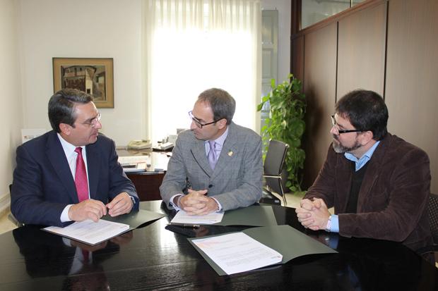 El diputado de Turismo,  Ernesto Sanjuán,  junto al alcalde de Burjassot y al portavoz de Compromís.