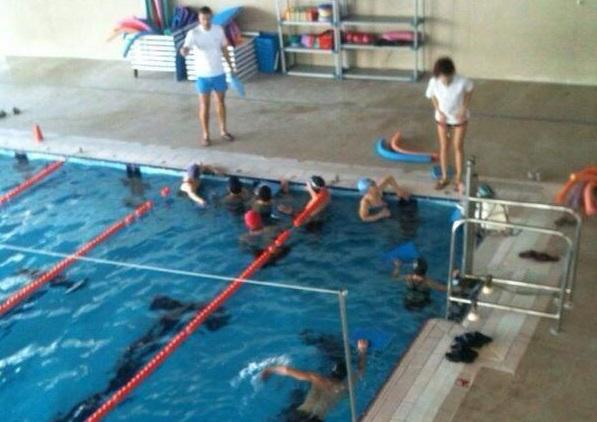 Los vecinos de alm ssera ya disfrutan de la piscina for Piscina cubierta almassera