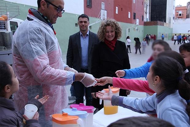 Torrent. desayuno saludable con zumo de naranja en colegios de Torrent