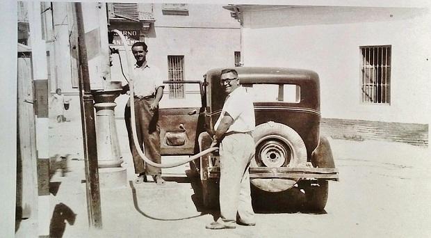 Torrent. Gasolinera que existía entre las calles Gómez Ferrer y de Valencia. Año 1955.