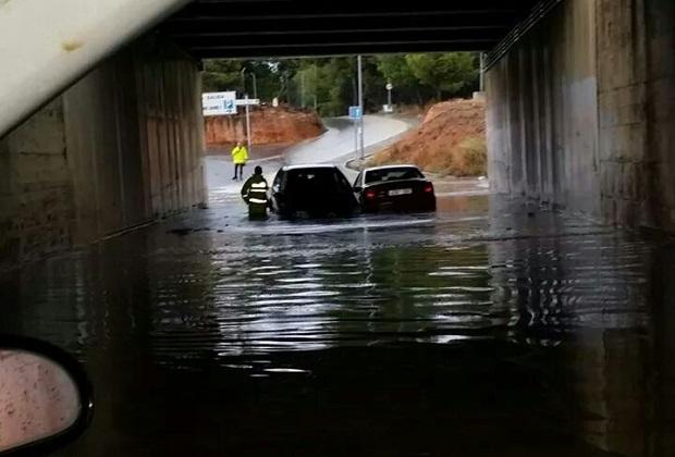 El temporal deja a su paso por l'Horta lluvia, rayos y viento y una persona atrapada en un túnel de Torrent