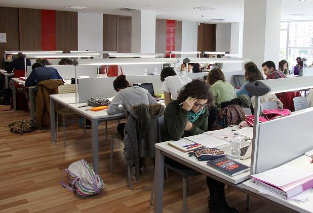 Mislata. Estudiantes en el aula de estudio de La Fábrica