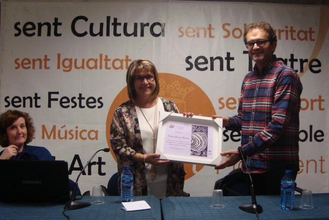 Picassent. El coordinador del Fons entrega a l'alcaldessa de Picassent el quadre de reconeixement