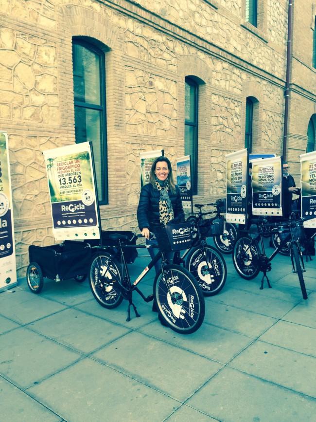 Núria Campos junta a bici-informadores