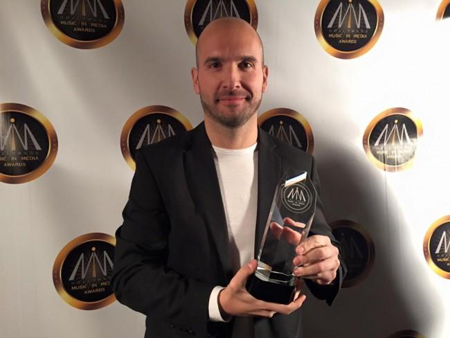 josué vergara con el hollywood music in media awards