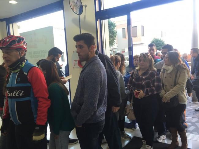 Colas en Lotería Castillo para recoger mapa