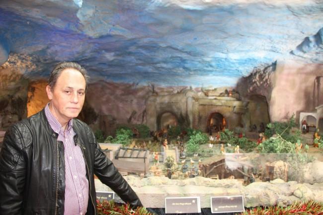 Juan junto al Belén de Paterna