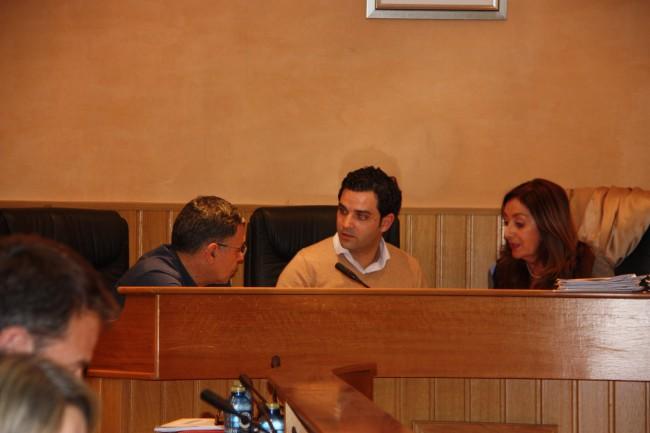 EL Alcalde junto al Interventor y la Secretaria