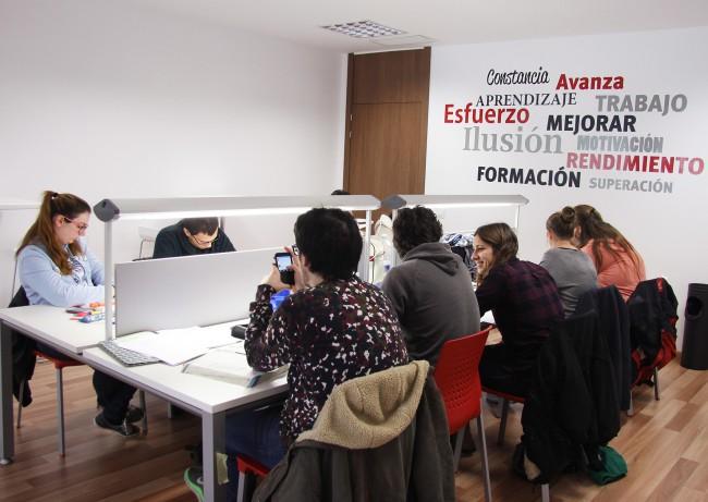 Estudiantes en el aula de estudio de La Fábrica-3