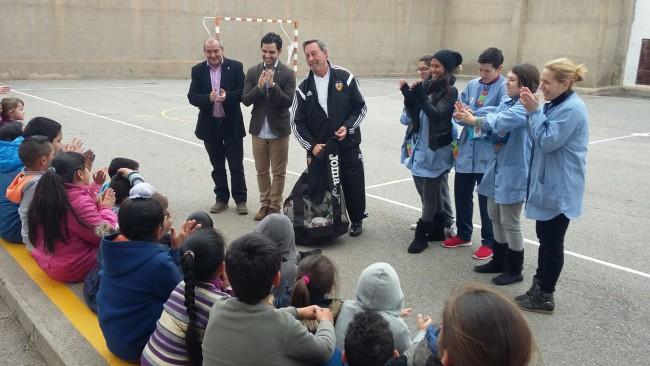 Valencia CF Donación balones comedor social de Paterna