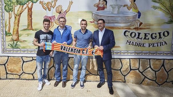 Valencia CF. Alcácer y Gayà visitan Escola Cor Blanquinegre de El Vedat