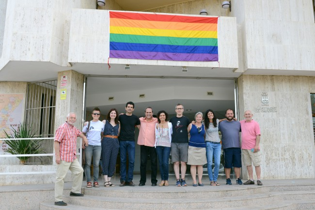Paiporta cuelga la bandera del Arco Iris en el Día Internacional del Orgullo LGTBI