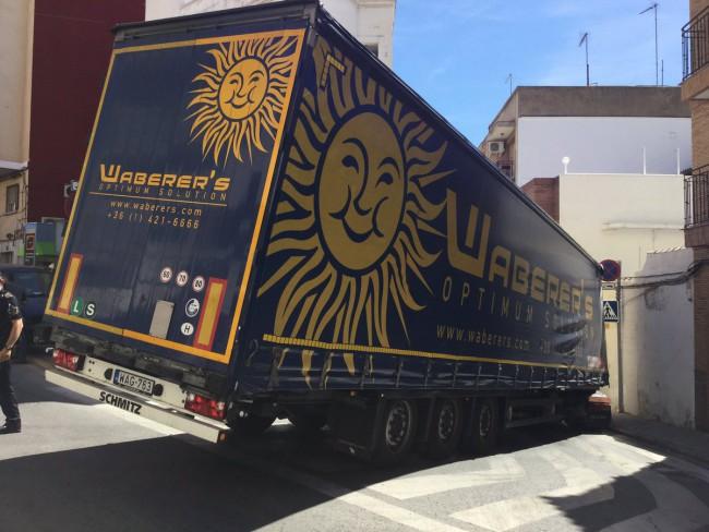 Paterna. camion bloqueado en el centro de paterna