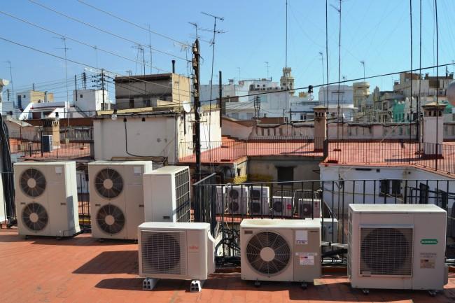 Condensadores de aire acondicionado en el centro de Valencia. Foto COITIG