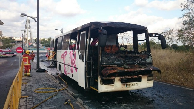 ocho-alumnos-discapacitados-rescatados-del-incendio-de-un-autobus-en-manises