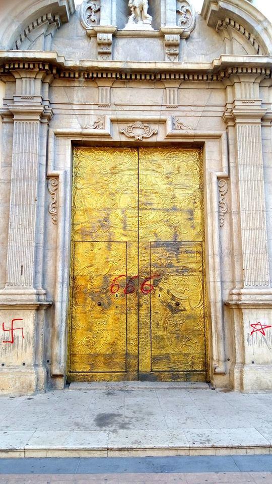 Porta església Sant Joan Baptista manises. acto vandálico