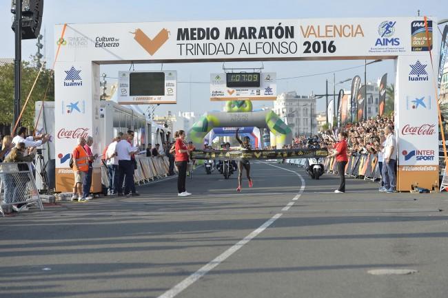 La atleta keniana Peres Jepchirchir bate el récord femenino del Medio Maraton de Valencia