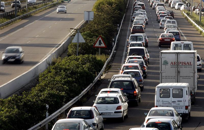 La lluvia provoca retenciones de hasta 9 kilómetros en las entradas de Valencia
