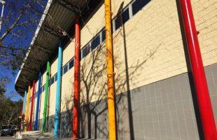 El pavelló esportiu municipal de Picanya estrena colors a la façana