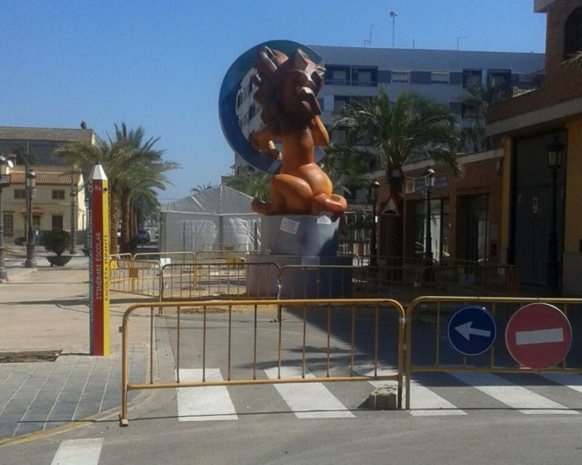 La Falla Albalat dels Sorells, sin quemar hasta el próximo sábado. Foto: Tomás Bataller.