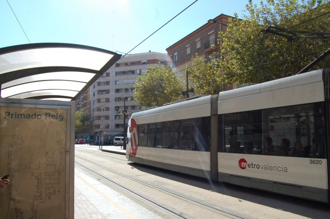 El tranvía, a su paso por el apeadero de Primado Reig, en València.