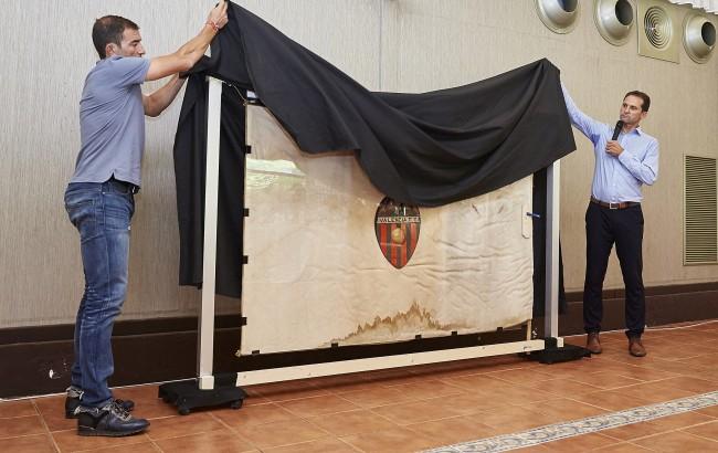 Giner y Camarassa descubren la bandera del Valencia CF de 1924 recuperada por la Asociación