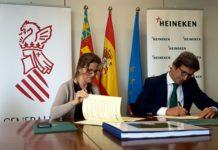 La consellera de Agricultura, Medio Ambiente, Cambio Climático y Desarrollo Rural, Elena Cebrián, firma el convenio marco de colaboración con el director de Relaciones Coorporativas de Heineken España, Jorge Paradela