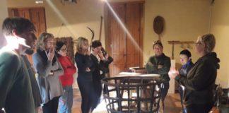Vecinos y vecinas de l'Horta Sud aprenden a restaurar muebles en el Museu Comarcal