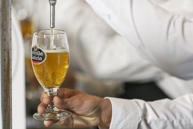 Javier Linuesa Saura del Café Caoba, de Sedaví, opta a ser mejor tirador de cerveza de la Comunitat Valenciana