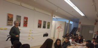 alumnado de secundaria atendiendo las explicaciones directora Museu Comarcal