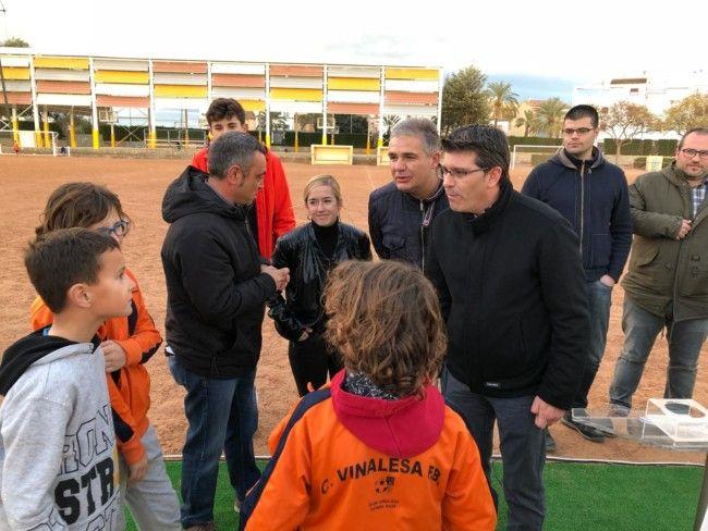El presidente de la Diputació, Jorge Rodríguez, en el campo de fútbol de Vinalesa.