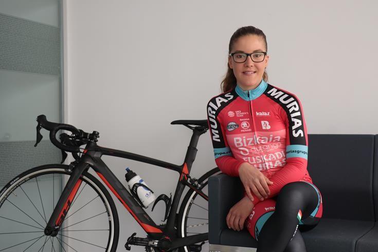 La ciclista torrentina, Cristina Martínez, recibe el Premio Mujer Atenea 2018