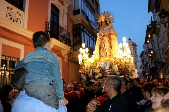 Milers de persones acompanyen la imatge de la Mare de Déu dels Desemparats en el seu retorn en Torrent