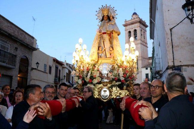Milers de persones acompanyen la imatge de la Mare de Déu dels Desemparats en el seu retorn