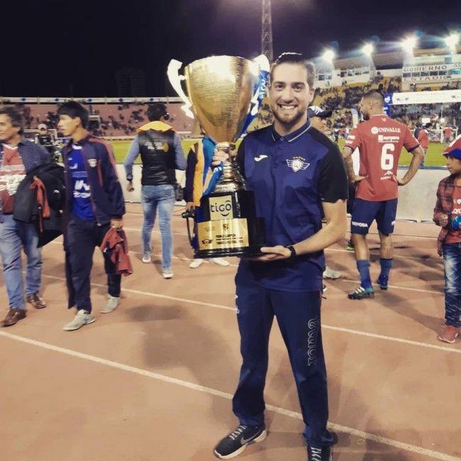El técnico torrentino Carlos Beguer se proclama campeón del torneo apertura de Bolivia