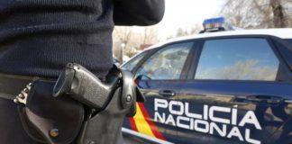 Policía Nacional y coche patrulla
