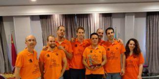 Jugadores y miembros del club que logró el ascenso al Primera