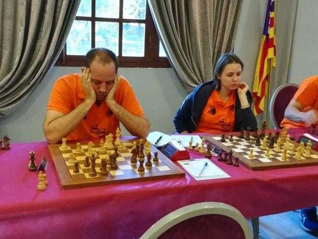 El campeón español, Paco Vallejo, y la campeona mundial en 2016, Mariya Muzychuk, durante un momento del torneo