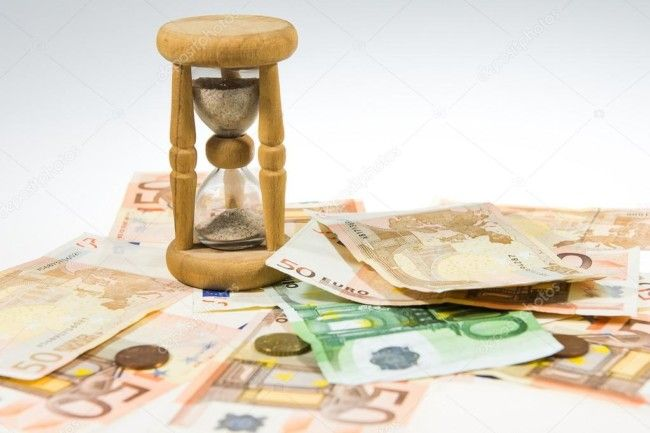 reloj de arena y dinero