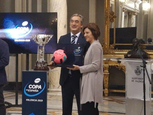 Maite Girau y Javier Vallejo posan con el balón oficial con el que se disputará la Copa.