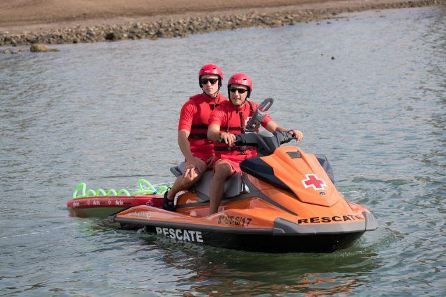 Dos membres de la Creu Roja com la que finalment ha rescatat hui el cadàver trobat al canal de Pinedo.