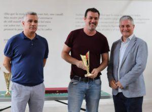 Néstor Echeverría recoge el premio del 3º clasificado, Darío Gutiérrez del C.A. Basilio