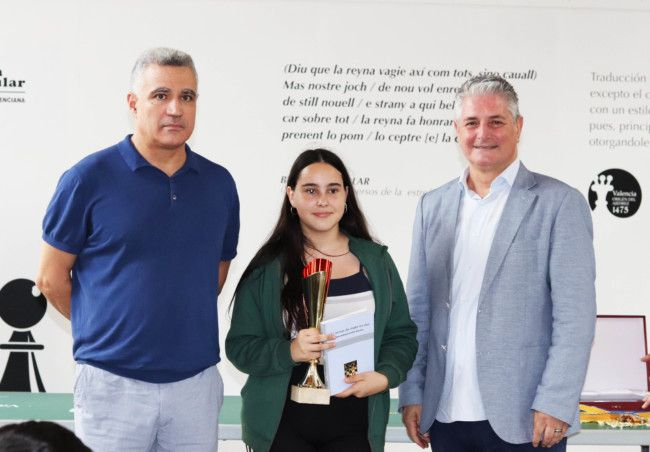 La ganadora, Ángela Ortega, junto a José Manuel Brotons (i) y Jesús Casero (d). Foto. Celia Dubal.